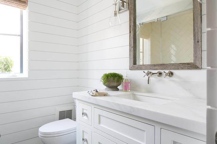 dinding kayu minimalis dengan warna putih